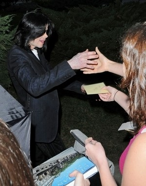 ♫ Michael with fans ♫
