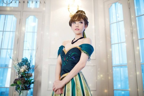 Frozen wallpaper with a frock called Anna cosplay