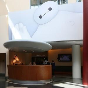 Baymax greeter at the main entrance of Walt डिज़्नी एनीमेशन Studios