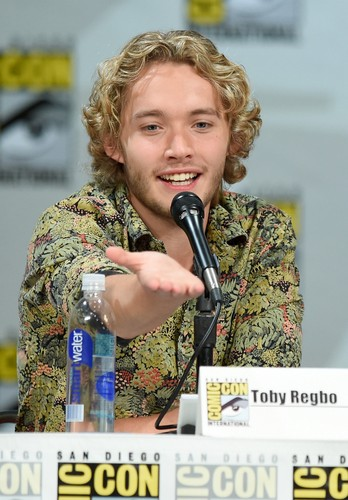 Toby Regbo fondo de pantalla containing a green boina entitled Comic-Con - July 23rd