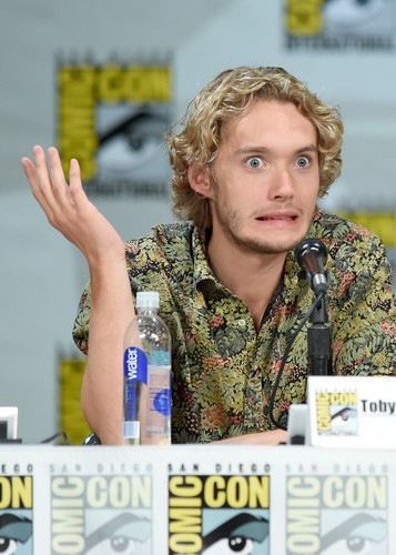 Toby Regbo fondo de pantalla with a green boina titled Comic-Con - July 23rd