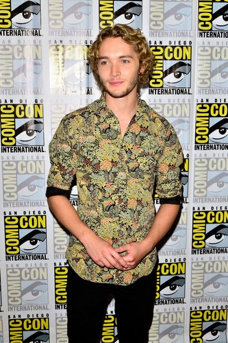 Toby Regbo fondo de pantalla containing a green beret, fatigas, se fatiga, uniforme de fatiga, uniforme de campaña, and vestido de batalla called Comic-Con - July 23rd