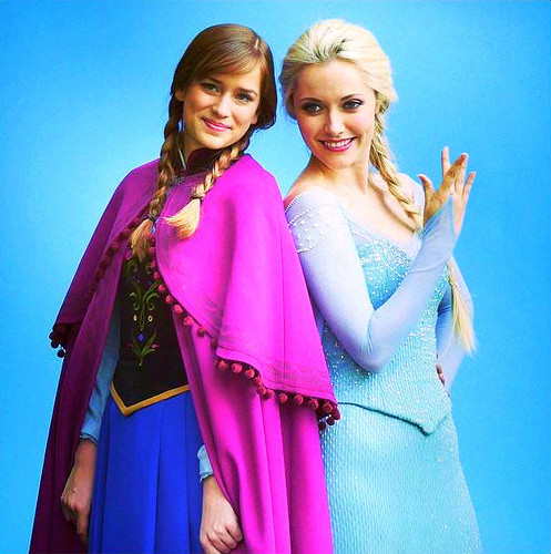 Georgina Haig achtergrond titled Elizabeth & Georgina as Anna and Elsa