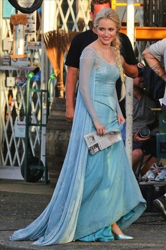 Elsa the Snow क्वीन वॉलपेपर possibly with a रात का खाना dress, a polonaise, and a गाउन called Frozen: Once upon a Time