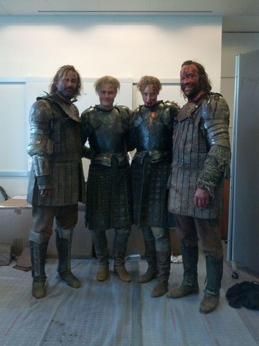 Game of Thrones karatasi la kupamba ukuta with a green beret titled Gwendoline Christie and Rory McCann with their stunt doubles