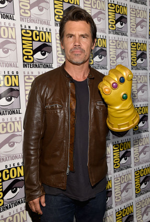 Josh Brolin with The Infinity Gauntlet リスペクト at SDCC 2014