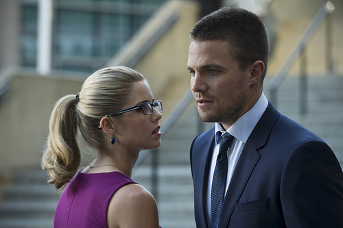 Stephen Amell & Emily Bett Rickards fondo de pantalla with a business suit titled New fotos from the arrow Season 3 premiere