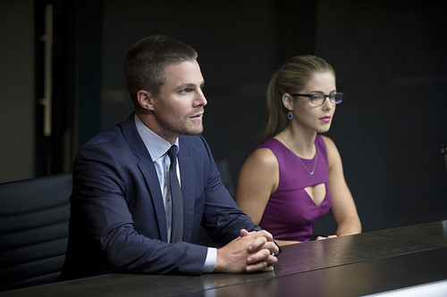 Stephen Amell & Emily Bett Rickards achtergrond titled New foto's from the Arrow Season 3 premiere