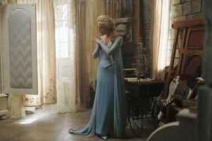 Once Upon a Time behind the scenes mga litrato of Georgina Haig as Elsa