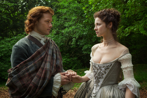 Outlander 2014 TV Series karatasi la kupamba ukuta containing a polonaise and a chajio, chakula cha jioni dress titled Outlander - 1x07 - The Wedding