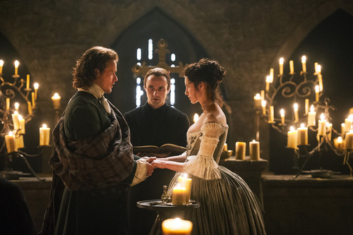 Outlander 2014 TV Series karatasi la kupamba ukuta possibly with a fire, a brasserie, and a candle entitled Outlander - 1x07 - The Wedding