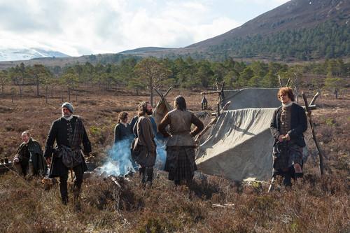 ২০১৪র আউটলেন্ডার টিভি সিরিয়াল দেওয়ালপত্র titled Outlander - Season 1