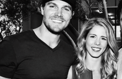 Stephen Amell & Emily Bett Rickards wallpaper entitled Stephen Amell was in contention for a People's Choice Award for preferito On-Screen Chemistry