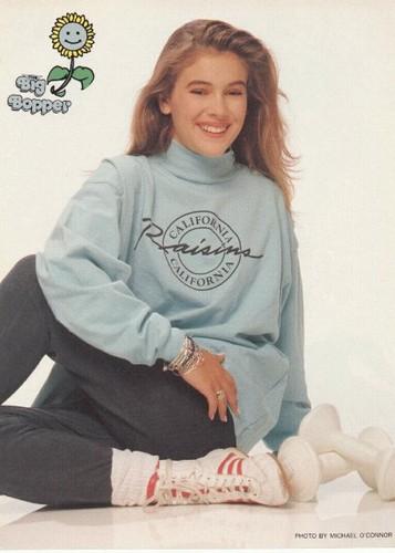 Alyssa Milano kertas dinding with a baju panas, sweatshirt entitled Teen Pinup