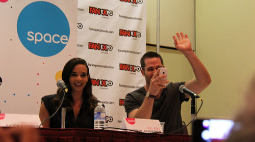 Luke Macfarlane Hintergrund probably containing a sign titled killjoys cast in fanexpo Zeigen