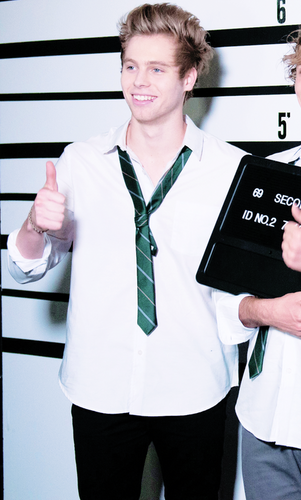 Luke Hemmings wallpaper titled                      Good Girls
