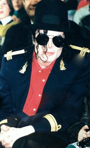 Michael Jackson Hintergrund with sunglasses titled Майкл Джексон