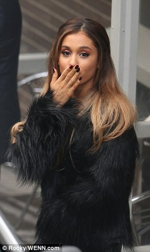 Ariana Grande outside the 伦敦 Studios