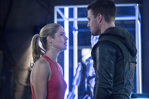 """Stephen Amell & Emily Bett Rickards fond d'écran probably with a holding cell called Arrow 3.2 """"Sara"""" Official prévisualiser images"""