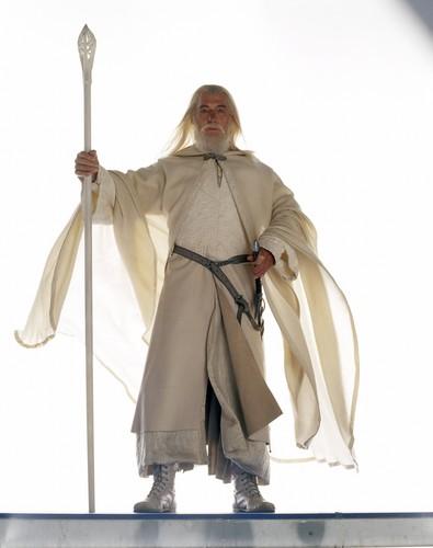 el señor de los anillos fondo de pantalla probably containing a sobreveste, sobretodo, cota de called Gandalf lotr