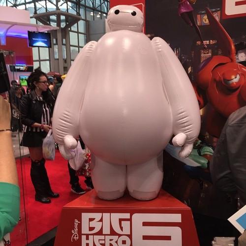 Big Hero 6 Hintergrund entitled Inflatable Baymax at Bandai Booth - Big Hero 6 New York Comoc Con