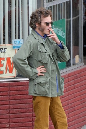Joaquin Phoenix 壁紙 containing a green beret, 戦闘服, バトルドレス, 疲労, and 疲れる titled Joaquin Phoenix in Inherent Vice