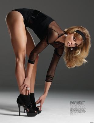 фото женщина показывает ножки