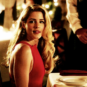 Oliver & Felicity achtergrond probably with a bistro and a portrait called Olicity datum <3