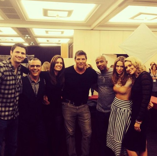 One cây đồi núi, đồi núi, hill hình nền probably with a business suit and a sign entitled Paul Johansson, Hilarie Burton, Bethany Joy Lenz, James Lafferty, Antwon Tanner, Torrey Devitto.