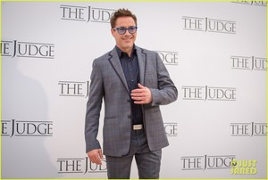 Robert Downey Jr. flashes a smile while posing at a 写真 call for 'The Judge' in Rome