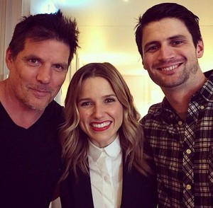 Sophia Bush, James Lafferty and Paul Johansson reunite too in Paris for an OTH convention.