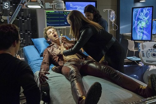 The Flash (CW) fond d'écran with a hip boot entitled The Flash - Episode 1.03 - Things toi Can't Outrun - Promo Pics