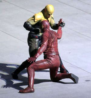 The Flash - First Look - Reverse-Flash/Prof. Zoom Costume - Set 照片