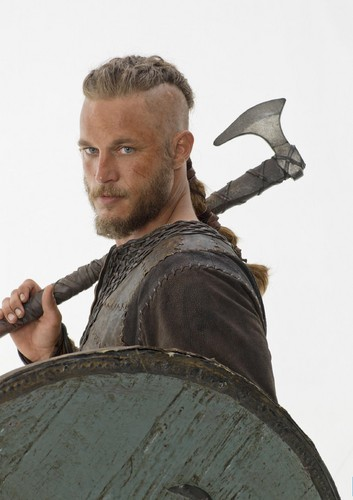 Vikings (TV Series) پیپر وال probably with a shield entitled Vikings Season 1 Ragnar Lothbrok official picture