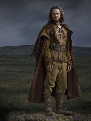 Vikings (TV Series) karatasi la kupamba ukuta possibly containing a green beret, a surcoat, vita mavazi, and mavazi ya vita called Vikings Season 2 Athelstan official picture