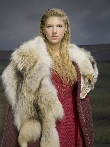 vikingos (serie de televisión) fondo de pantalla containing a pelaje, piel capa and a visón entitled Vikings Season 2 Lagertha official picture