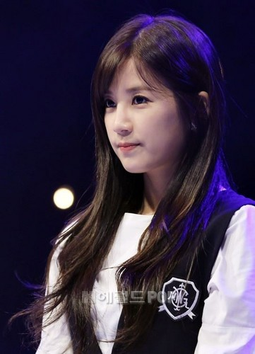 Park ChoRong দেওয়ালপত্র containing a portrait titled