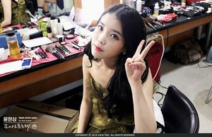 """141102 IU at """"SBS Inkigayo"""" backstage in her dressing room"""