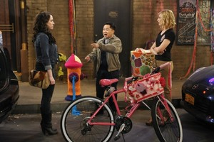 "2 Broke Girls ""And The Old Bike Yarn"" (4x04) promotional picture"