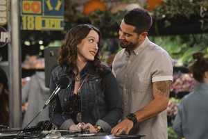 "2 Broke Girls ""And the DJ face"" (4x02) promotional picture"