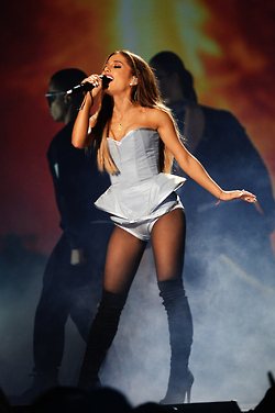 Ariana Grande performing at the 2014 엠티비 EMA's