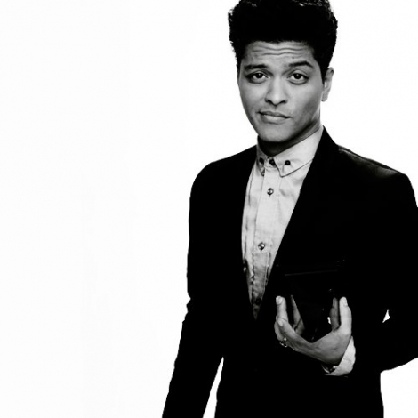 브루노 마스 바탕화면 containing a well dressed person called Bruno Mars