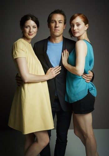 Outlander 2014 TV Series karatasi la kupamba ukuta possibly containing bare legs, hosiery, and a playsuit entitled Comic Con Portraits of Caitriona Balfe, Tobias Menzies