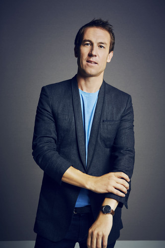 2014년 TV 시리즈 아웃랜더 바탕화면 with a well dressed person, a business suit, and a suit called Comic Con Portraits of Tobias Menzies