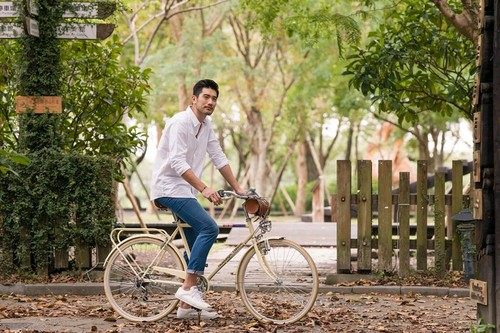 Godfrey Gao achtergrond probably with a velocipede, vélocipède and a bicycle called Godfrey for 'Taiwan Foundation for the Blind'