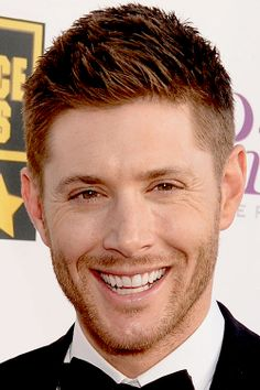 Дженсен Эклс Обои with a business suit titled Jensen Ackles Smiles