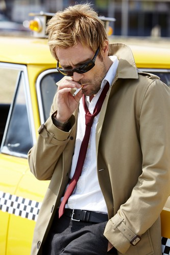 Constantine (NBC) 壁纸 possibly with a business suit called John Constantine