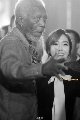 morgan Freeman karatasi la kupamba ukuta possibly with a portrait titled morgan Freeman with Jessica Jung