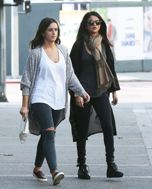 November 2: Selena stops kwa Starbucks with a friend in Los Angeles, CA