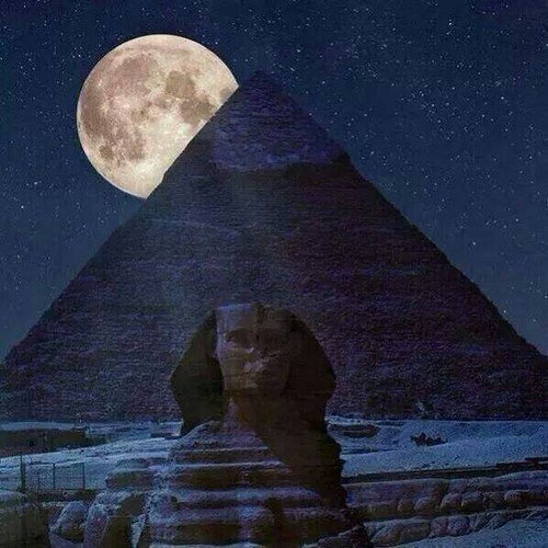 Egypt achtergrond titled PYRAMIDS MOON